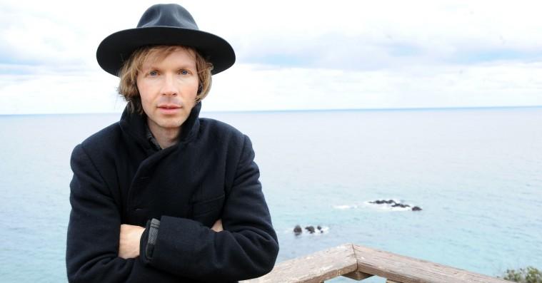 Lyt: Beck viser nye takter på singlen 'Wow' – nyt album bekræftet