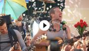 Video: Se Coldplay give den gas som gademusikanter