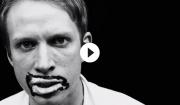 Video: Shiny Darkly rocker ud med læbestift sort-hvid