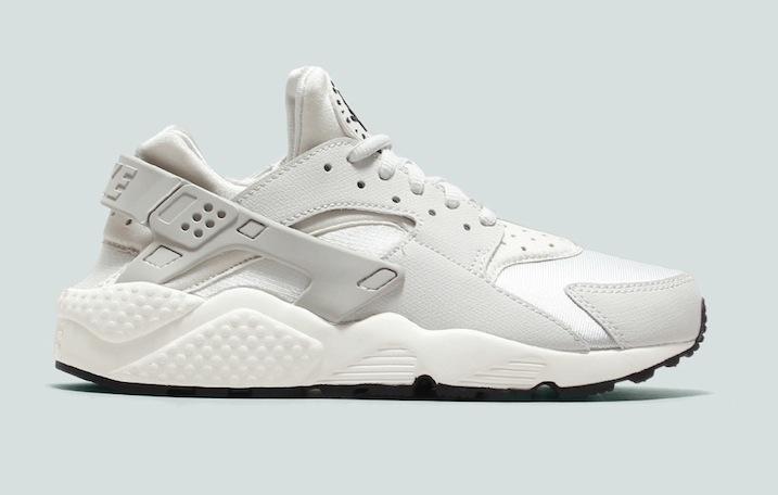 c7ce34fb7cd Denne fine 'Light Bone'-version er opfølgeren til Nike 'Huarache Triple  White'. Skoen er holdt i en knækket hvid med detaljer i meget lys grå.
