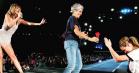 Taylor Swifts stjerneparade fortsætter: Se Julia Roberts og Joan Baez danse løs til 'Style'