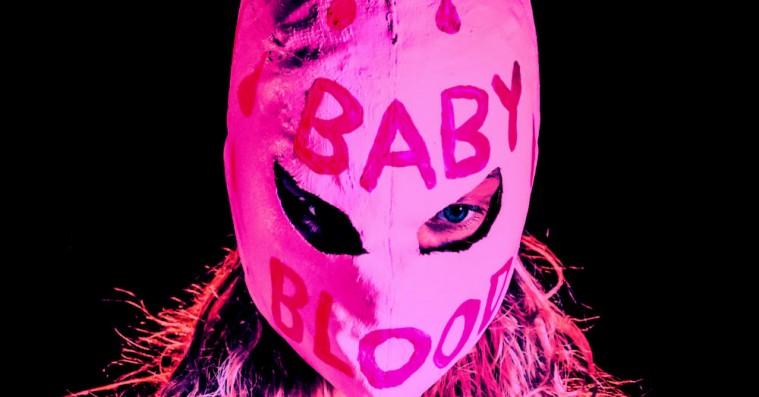 Premiere: Lucy Love møder alter egoet Baby Blood på 'Human'
