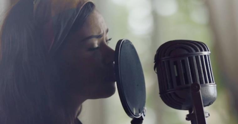 Kwamie Liv synger på dansk – se hendes smukke cover af Kim Larsens 'Pianomand'