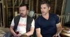 Ricky Gervais og Eric Bana svindler igennem i ny trailer til 'Special Correspondents'