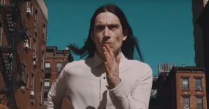 Premiere: Blondage mikser Wall Street og den afrikanske savanne i 'Dive'-musikvideo