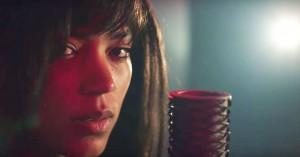 Se Kwamie Livs dybfølte fortolkning af Robyns 'Dancing On My Own'