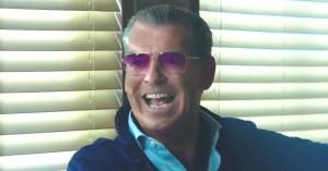 Se Pierce Brosnan som psykopatisk narkohandler – sælger verdens værste stof i første trailer for 'Urge'