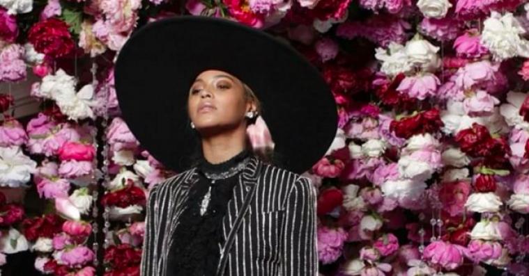 En rørt Beyoncé takkede sin mor efter modepris – følte sig som Khaleesi i hendes design