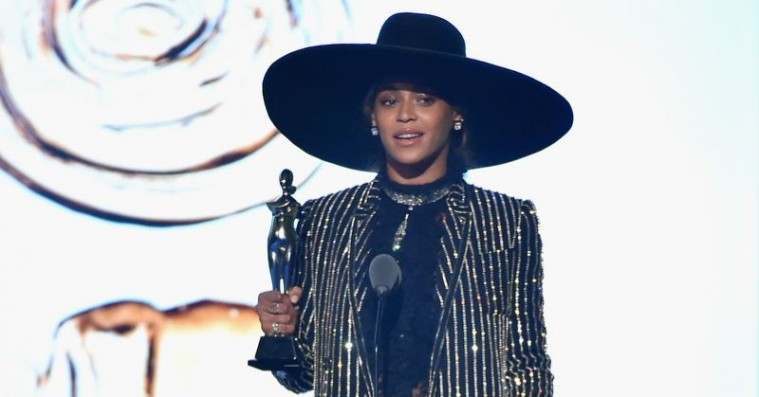 Beyoncé strålede og blev hyldet til amerikansk modepris – se hendes og de andre stærke looks