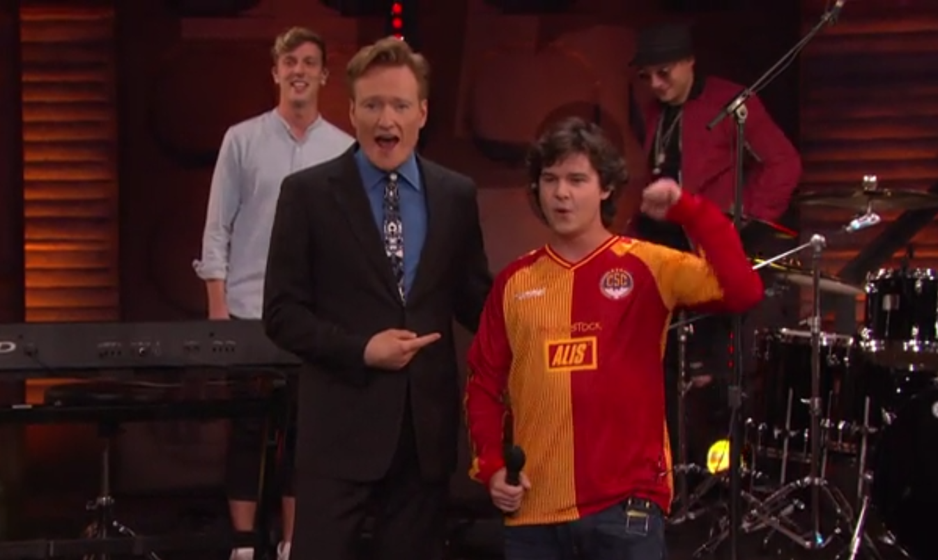 Lukas Forchhammer i en spillertrøje fra Christiania Sports Club sponsoreret af Alis med Conan O'Brien