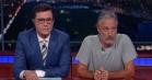 Jon Stewart smider Colbert væk fra værtsstolen – går til angreb på Trump i arrigt indslag