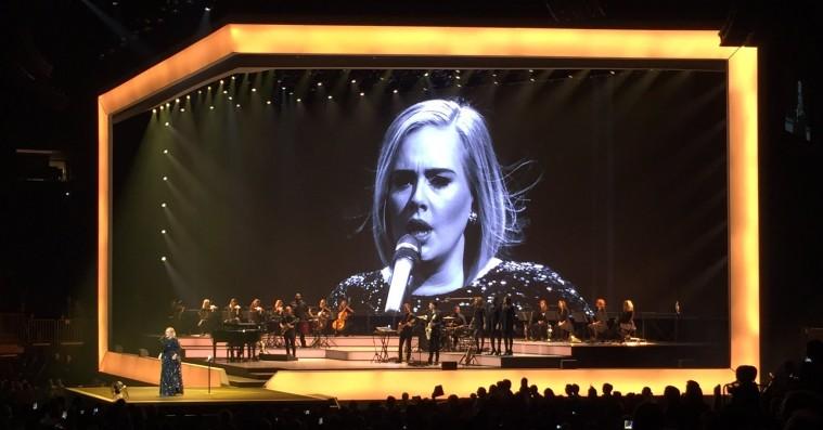 Adele dedikerer New York-show til Brad Pitt og Angelina Jolie: »Slutningen på en æra«