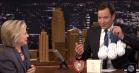 Jimmy Fallon giver – bogstavelige – softballs til Hillary Clinton efter Trump-diskussionen