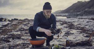 Kok Mikkel Karstad dyrker de gamle madtraditioner, men er ikke bange for at smide tang med i gryden