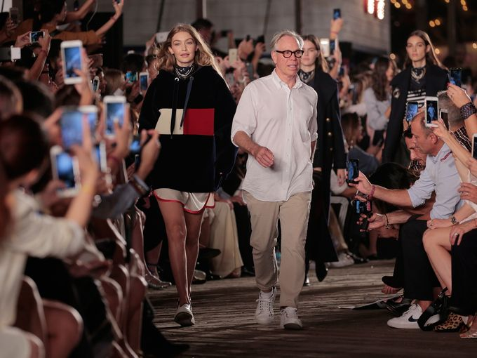 Gigi Hadid og Tommy Hilfiger på catwalken under New York Fashion Week