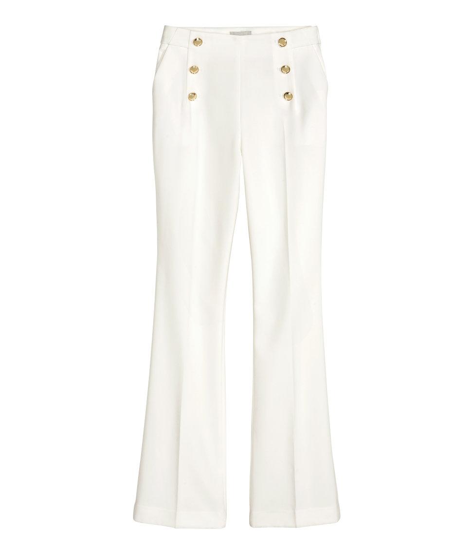8114cdae081 H&M er altid med på de seneste tendenser og har derfor selvfølgelig også  lidt maritime referencer i deres nye efterårssortiment. Disse hvide bukser  har høj ...