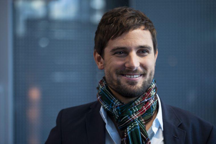 TV1's nye programdirektør Alex Hjort (Christian Tafdrup).
