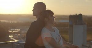 Se traileren til purung dansk instruktørs sjældne ungdomsdrama 'Når solen skinner'