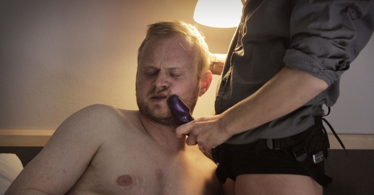 'Lillemand' sæson 2: Jonatan Spang stikker en kæmpemæssig påspændingsdildo ind i et blødende samfundsrøvhul