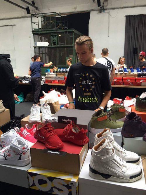 Karl Faurholt med nogle af sine customs på en sneakermesse i Berlin (Foto: KarlsKicks)