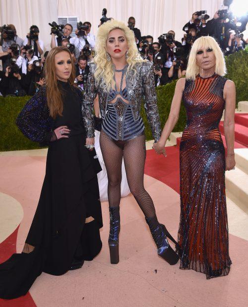 Allegra Versace Beck, Lady Gaga og Donatella Versace til Met Gala i år (Foto: Dimitrios Kambouris/Getty Images)