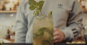 Cocktailopskrift til vinterens fester: Mojito med sukkerærter og lakrids