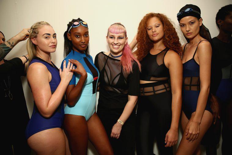 Becca McCharen (i midten) omgivet af modeller backstage ved Chromats modeshow i New York i september (Foto: Monica Schipper/Getty Images)