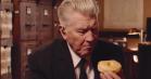 David Lynch teaser for ny sæson 'Twin Peaks' ved at... spise en donut