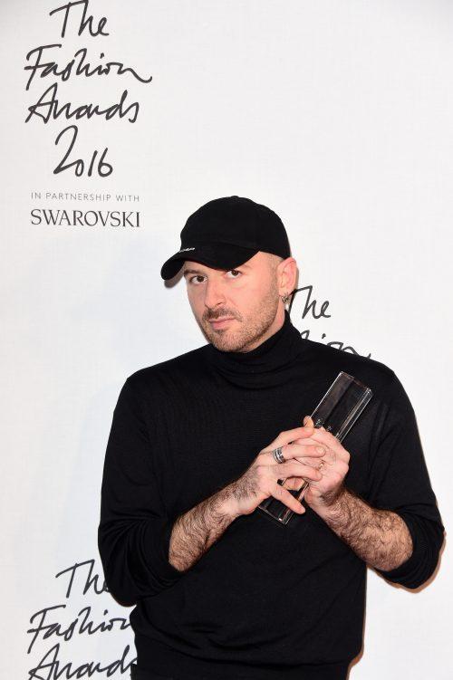 Demna Gvasalia da han vandt prisen som årets designer ved The Fashion Awards i London tidligere på måneden (Foto: Stuart C. Wilson/Getty Images)