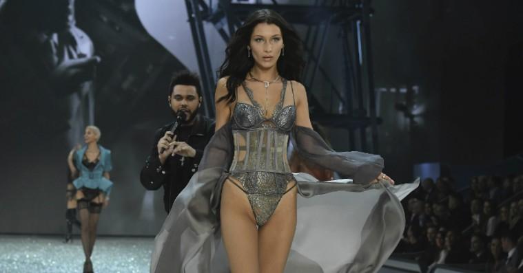 Internettet er vild med The Weeknds serenade til Bella Hadid midt på catwalken