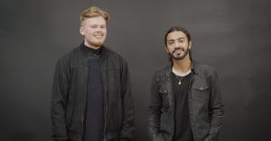 Video: Se forvandlingen, når to gadedrenge får jakkesæt på