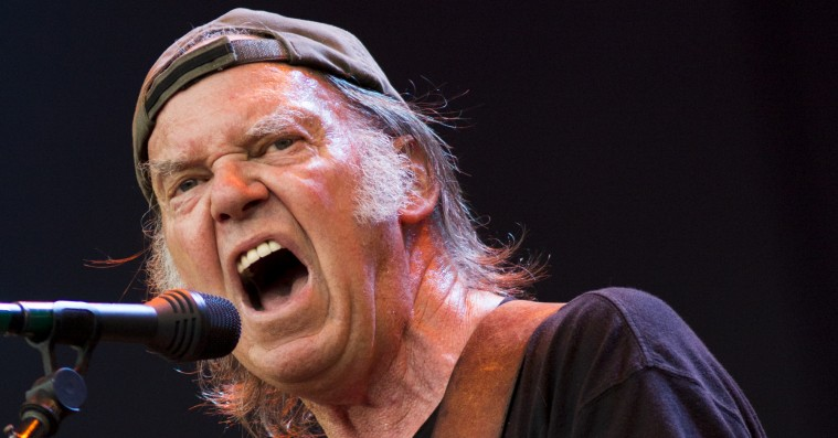 Neil Youngs bovlamme protestsange er lige til affaldscontaineren