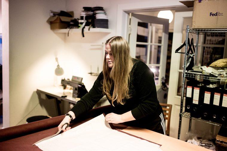 Astrid Andersen i gang med at klippe stof i sit studie
