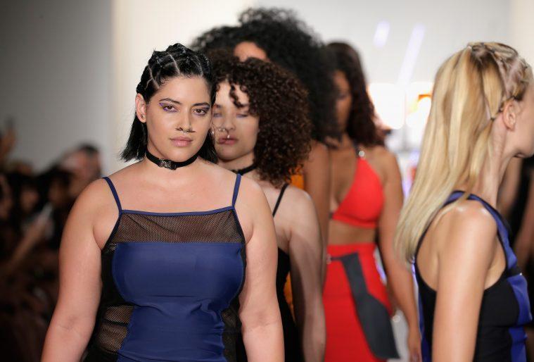 Modeller på catwalken til Chromat-showet under modeugen i New York i september