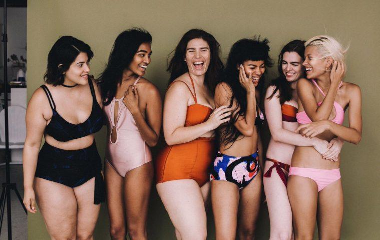 Cleméntine Desseaux (i orange badedragt) har blandt andet været med til at starte All Woman Project.