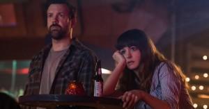 Døddrukken Anne Hathaway kontrollerer et gigantisk monster i første trailer til 'Colossal'
