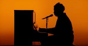 Sampha optræder med 'No One Knows Me' hos Jimmy Fallon: Se hans delikate live-optræden