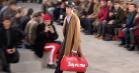 Supreme indtog Louis Vuitton-catwalk i Paris med et brag – se billeder fra showet