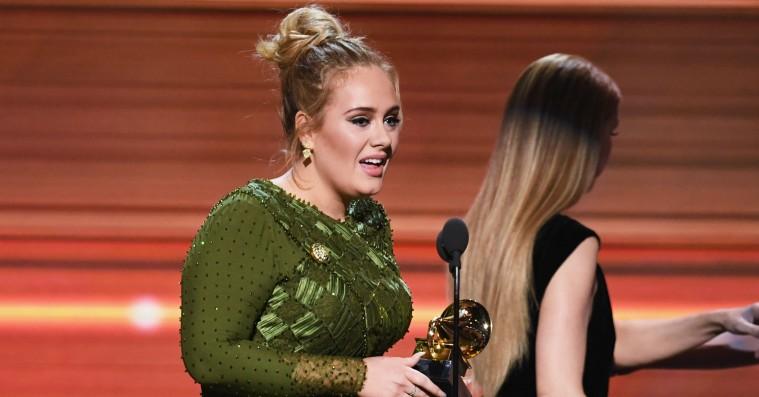Adele dedikerer sin Grammy-sejr til tårevædet Beyoncé: »Alle os kunstnere her forguder dig«