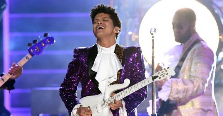 Bruno Mars leverer fænomenal Prince-hyldest ved Grammy Awards