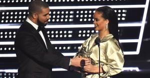Drake fejrede Rihanna med fødselsdags-medley fra scenen: »I stedet for at synge 'Happy Birthday', så gør vi det her...«