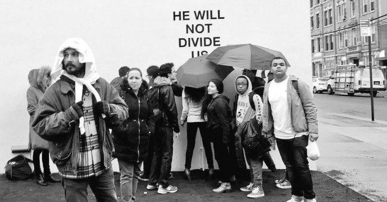 Shia LaBeoufs anti-Trump-projekt lukkes ned grundet ekstrem vold – og har dermed bevist sin pointe