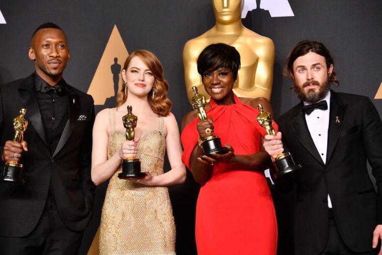 Fire Oscar-vindere: Mahershala Ali, Emma Stone, Viola Davis og Casey Affleck .