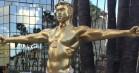 Stor, forgyldt Kanye West-krucifiksstatue i Yeezys dukker op i Los Angeles