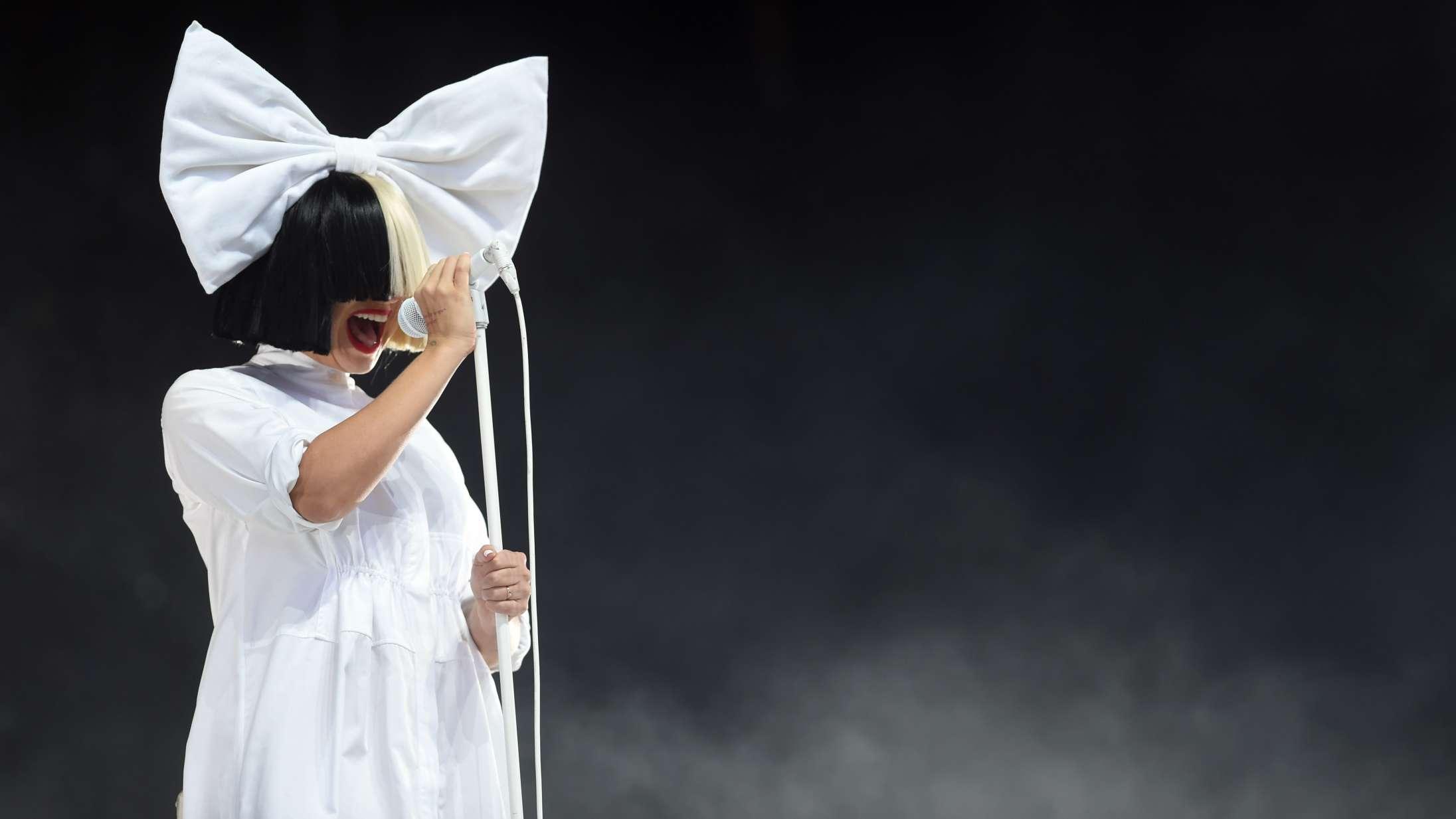 Sia fortæller om fotoafvisning af Donald Trump og onlinedating i nyt interview