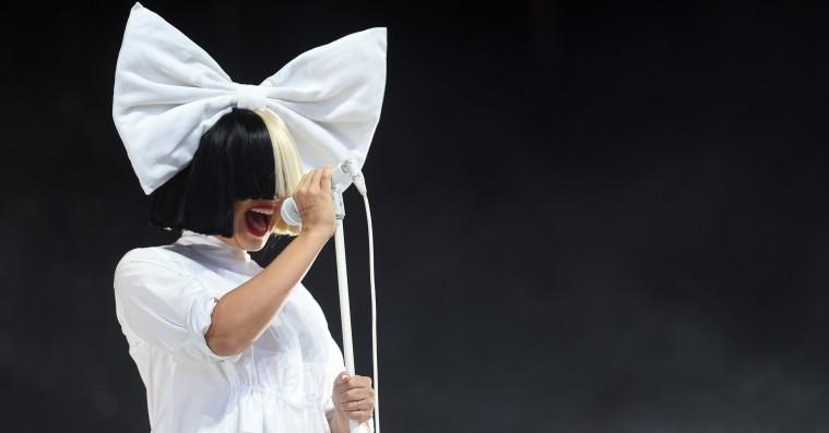 Sia poster nøgenbillede på Twitter og sætter paparazzifotograf på plads