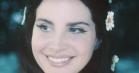 Læn dig tilbage og forelsk dig: Lana Del Rey tager på sci-fi-kærlighedseventyr i video til 'Love'