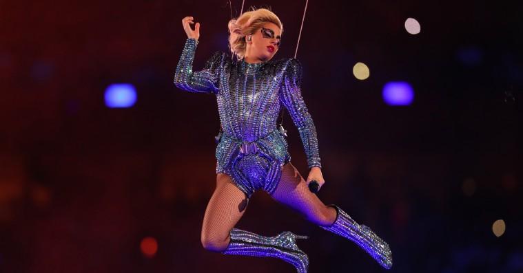 Flyvende hitparade: Se Lady Gagas storslåede Super Bowl-optræden