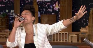 Alicia Keys imiterer Adele og Gwen Stefani i 'Wheel of Musical Impressions' hos Jimmy Fallon