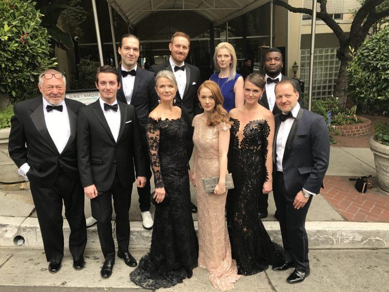 'Silent Nights'-holdet foran danskerhotellet i L.A. før afgang mod Oscar-festen. Aske Bang står på forreste række, nr. 2 fra venstre, mens producer Kim Magnusson ses yderst til højre på samme række.